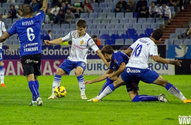 Vitolo y Aitor Sanz pelean un balón en La Romareda. Foto: Andrea Royo - VAVEL.com.