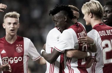 El Ajax vence al PEC Zwolle con un toque internacional