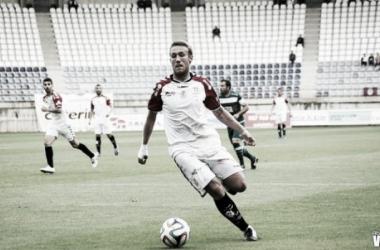 Aketxe disputa un balón con la camiseta de la Cultual Leonesa (Vavel.com)