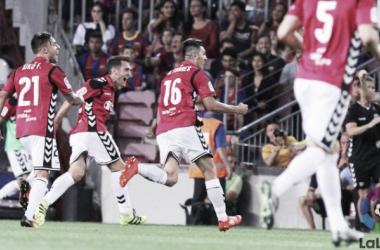 Alavés surpreende, aproveita erros defensivos e vence Barcelona no Camp Nou