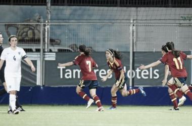Alba Redondo- al fondo- celebra su tanto ante Inglaterra. FOTO: UEFA