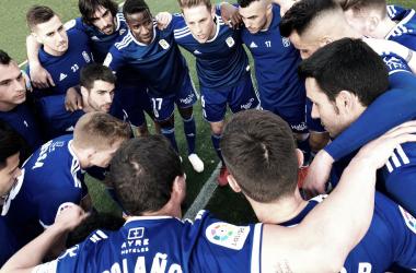 Piña de los jugadores tras el partido | Imagen: Real Oviedo