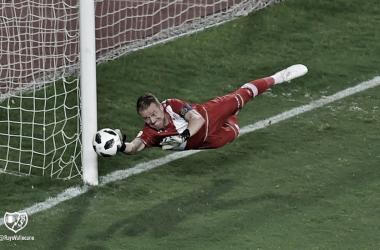 Alberto evitando un gol durante el partido. Fotografía: Rayo Vallecano S.A.D