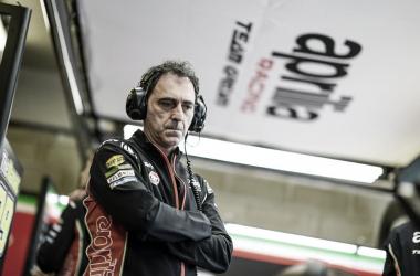 Romano Albesiano en el box de Aprilia / Fuente: MotoGP