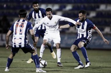 Lucas Vázquez en disputa del balón con los jugadores del Alcoyano | Fuente: Twitter Real Madrid.
