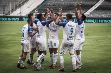 El emotivo festejo de los jugadores del Tomba, en recuerdo de Santiago García. Foto: Prensa Godoy Cruz.
