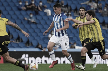 Aldasoro conduce rodeado de tres rivales. // Foto: Real Sociedad