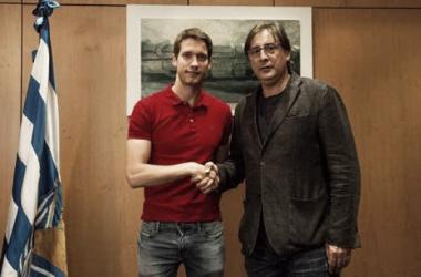Alejandro Sanz posa con el director deportivo Loren el día de su renovación. Foto: Real Sociedad