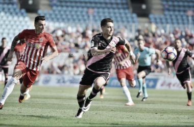 Álex Moreno corriendo tras un balón | Fotografía: Rayo Vallecano S.A.D.