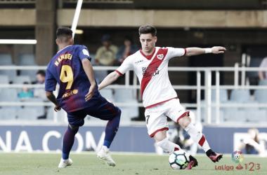 Álex Moreno ante un rival culé el domingo pasado. Fotografía: La Liga