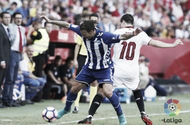Alexis disputa el balón en el partido del año pasado. Fotografía: LaLiga