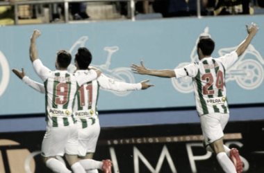 Alfaro celebra su gol junto a sus compañeros (FOTO: LaLiga)