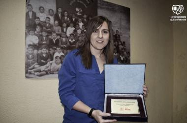 Alicia con el trofeo. Fotografía: Rayo Vallecano S.A.D