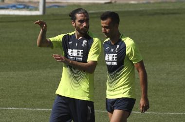 Saunier y Chico Flores charla en un entrenamiento [Foto: Antonio L. Juárez]