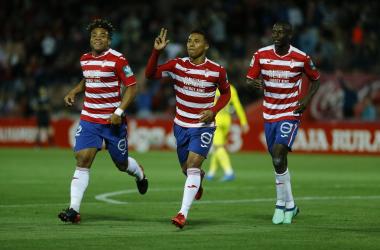 Machis celebra junto a Kunde y Adrián Ramos el segundo tanto del día. | Foto: Antonio L. Juárez
