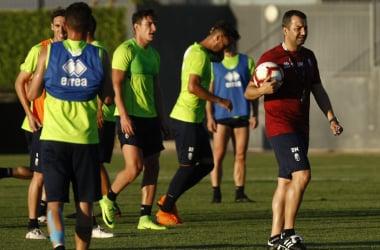 Diego Martínez da instrucciones a sus jugadores en un entrenamiento   Foto: Antonio L. Juárez