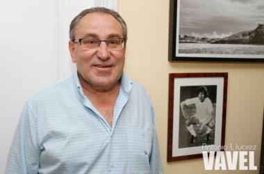 Pepe Macanás junto a una foto de su etapa en el Real Madrid. | Foto: Antonio L Juárez.