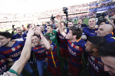 Los jugadores del FC Barcelona celebran el titulo de liga en el césped de los Carmenes (Foto: Antonio L Juárez)