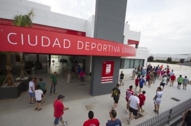Aficionados del Granada CF accedieron a la Ciudad Deportiva para presenciar el primer entrenamiento con Jémez, en julio de 2016 | Foto: Antonio L. Juárez
