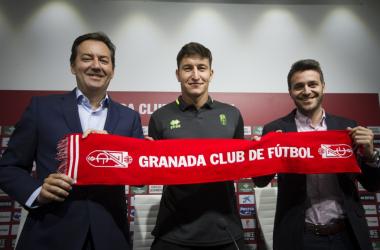 Nico Aguirre junto a Monterrubio y Sánchez en su presentación con el Granada CF   Foto: Antonio L. Juárez