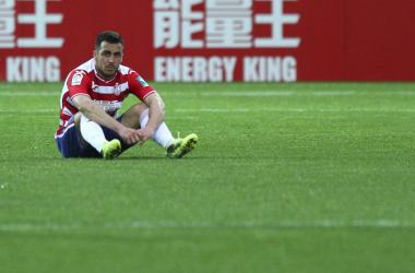 Joselu se lamenta sobre el césped después de caer ante el Nástic | Foto: Antonio L. Juárez