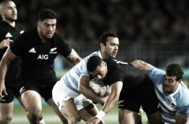Emiliano Boffelli y Martín Landajo, de muy buenos rendimientos, intentan detener a Richie Mo'unga, quien hoy debutó con la pilcha negra. Crédito: Planet Rugby.
