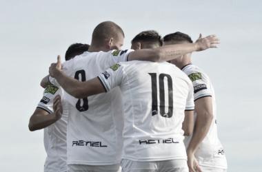 Abrazo de gol entre Nicolás Servetto y el equipo.