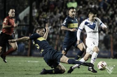 La joya de Vélez gambeteando a Marcone, volante rival, en el último partido por la Copa de la Superliga. | Fuente: Vélez Sarsfield.