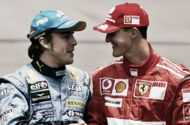 Fernando Alonso y Michael Schumacher antes de comenzar el Gran Premio de Brasil de 2006. Foto: F1.