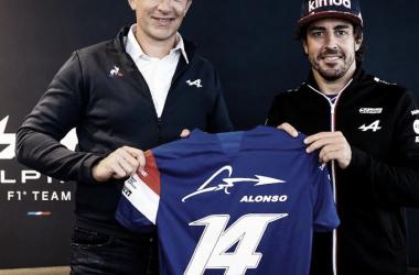 Laurent Rossi y Fernando Alonso en el acto de renovación de Alonso para la temporada 2022. (Fuente: Twitter @AlpineF1Team)