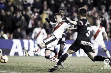 Álvaro golpeando el balón. / Fuente: La Liga