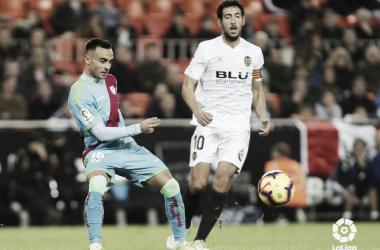 Álvaro ante un rival del Valencia. Fotografía: La Liga