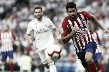 Diego Costa pelea un balón en el derbi./clubatleticodemadrid.com