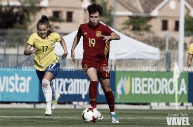Amanda Sampedro driblando durante el España - Brasil   Foto: Daniel Nieto (VAVEL)