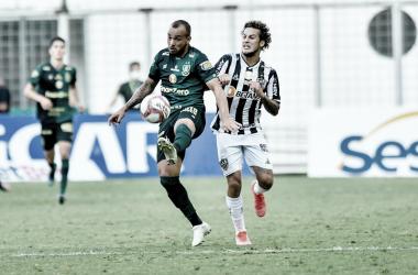 Rodolfo e Guga disputam a bola no Independência (Foto: Mourão Panda/América-MG)