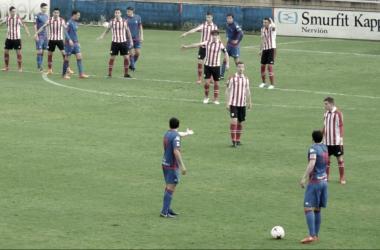 Seguín y Mikel Álvaro se disponen a sacar una falta. | FOTO: SD Amorebieta
