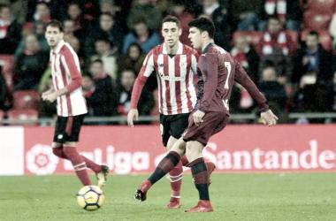 Ander Capa, con la camiseta del Eibar, participa en una jugada del partido contra el Athletic de la temporada pasada | Foto: Athletic Club