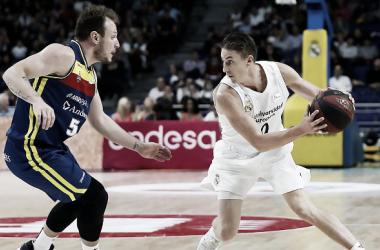 Carroll ante Rafa Luz / ACB.COM