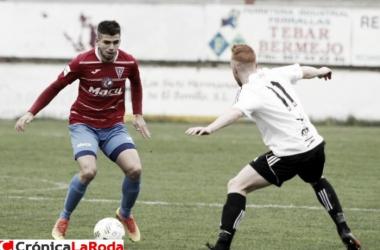 Andrés, el mejor del partido, intenta deshacerse de David Álvarez. FOTO: cronicalaroda.es