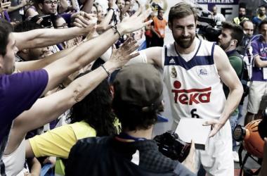 Andrés Nocioni recibiendo el cariño del Palacio (Foto: ACB.com)