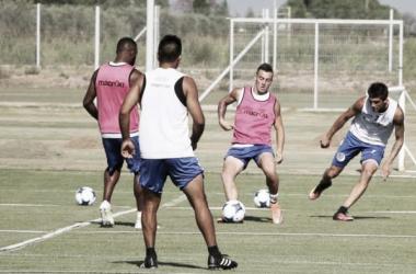 Ángel González en el entrenamiento. Lo miran Garro y el Morro García. FOTO: Club Godoy Cruz.
