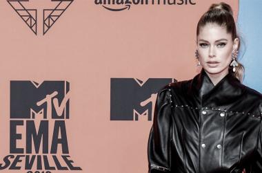 Doutzen Kroes en la alfombra roja de los MTV EMA. Fuente: News Beezer