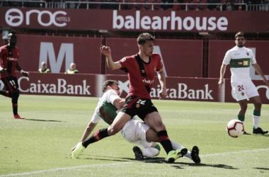 Ante Budimir remata un balón ante el Elche CF. Foto: Web oficial de RCD Mallorca
