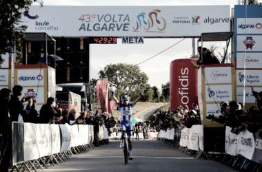 Antunes celebra su triunfo. Foto: Volta ao Algarve