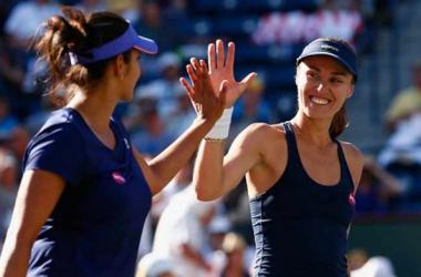 Sania Mirza (left) and Martina Hingis won two Grand Slam titles in 2015/Photo: AP