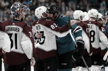 Los Avalanche se saludan con Sharks tras su eliminación | Foto: Associated Press