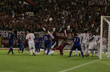 El Aragua cobra un tiro libre indirecto que Rubert Quijada sacó en la línea de gol