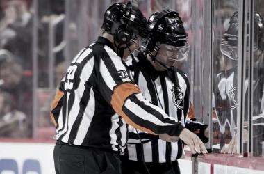 Dos arbitros durante un partido de la NHL revisando una jugada | Foto: NHL.com