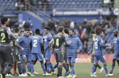 Los jugadores de Getafe y Real Sociedad se saludan tras el término del partido. (FOTO:// LaLiga)