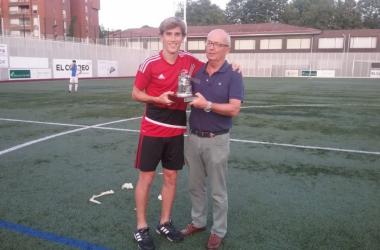 El presidente del Arenas, Francisco Egusquiaguirre, entrega el trofeo a Aitor Ramos. | FOTO: Arenas Club